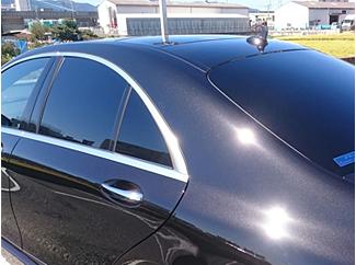 冷房が効きづらい、車内を見られたくない、日焼けが気になる等という方にカーフィルム施工をお勧めします。 紫外線カットや赤外線カットで、日焼け防止や冷暖房効率もアップします。 当社は抜群の視認性・透明感・優れた断熱性・紫外線(UV)カット・飛散防止効果・プライバシー保護・ドレスアップ効果のある高性能フィルム「ユニグローブ・オート・フィルム」を採用しております。業務用カーフィルムで随一の濃さ、可視光線透過率1%のシーマルBK-00も取り扱っております。